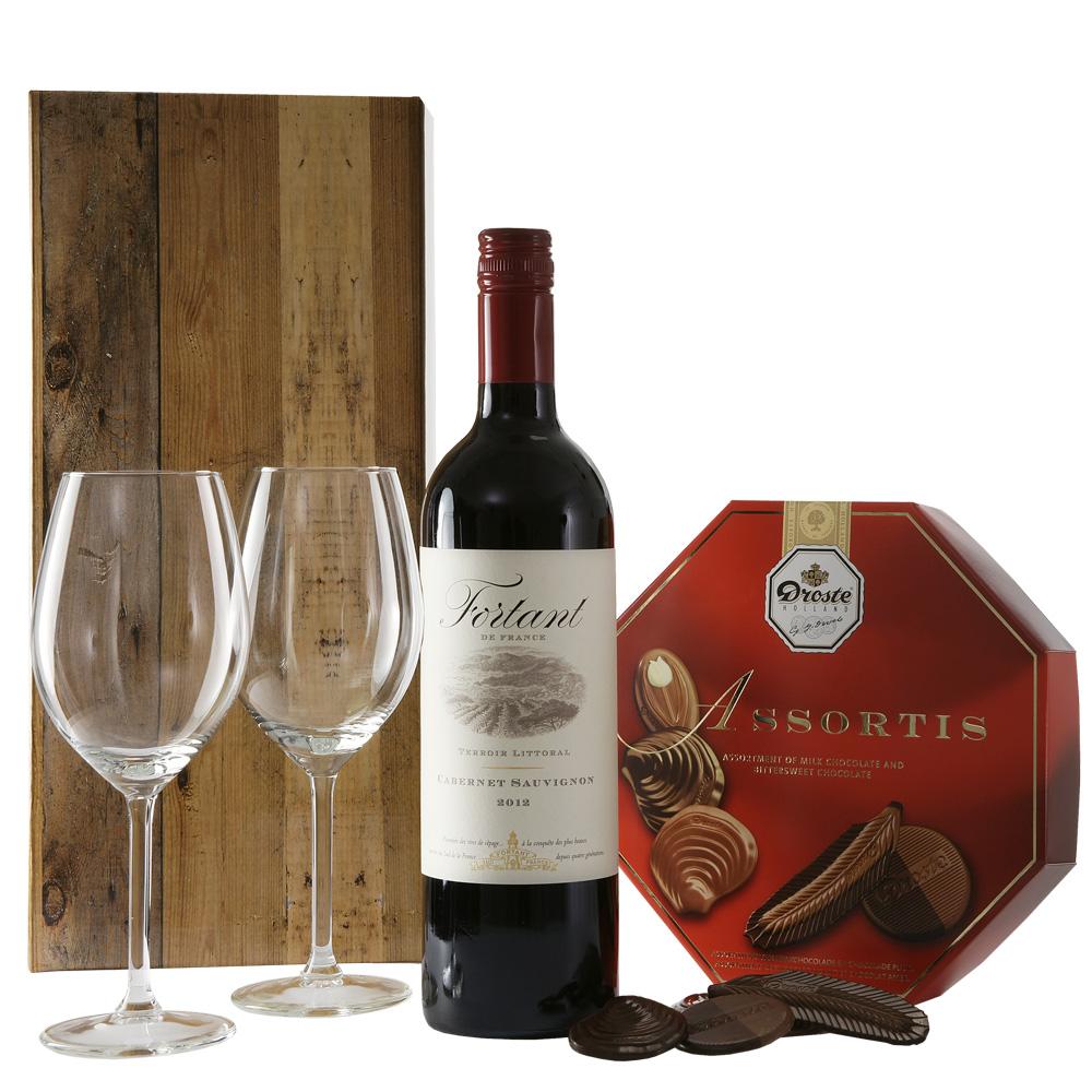 Rode wijn en 2 glazen met droste