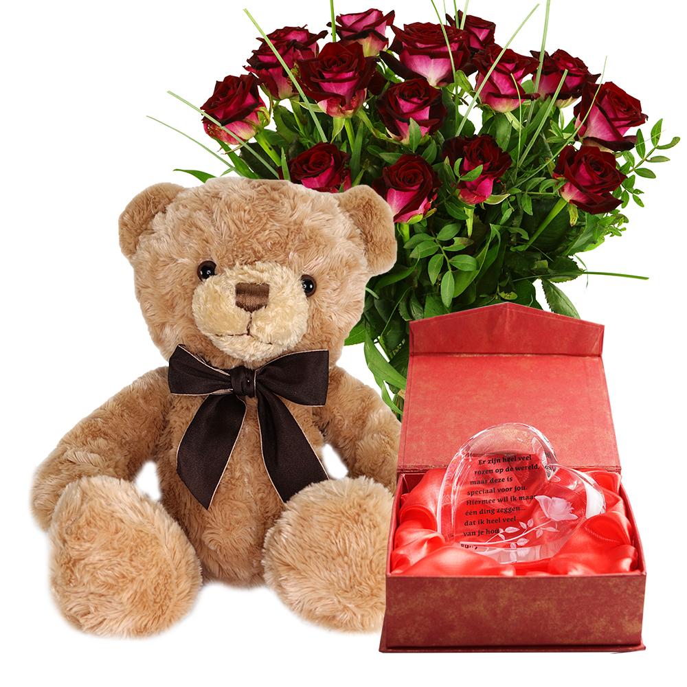 Planten Rode rozen, knuffelbeer en glazen hart